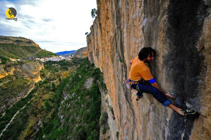 escalador en una via de escalada deportiva con chulilla al fondo