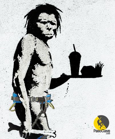 Homo paleo con arnes lleva bandeja de procesados de macdonalds