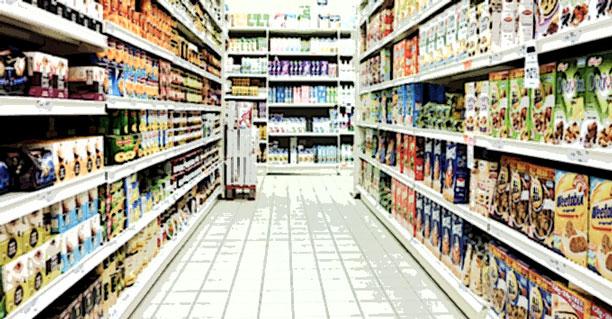 pasillo de alimentos ultraprocesados del supermercado