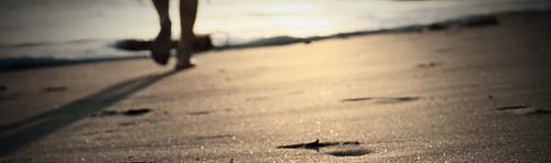 andar descalzo por la arena de la playa para prevenir lesiones de escalada