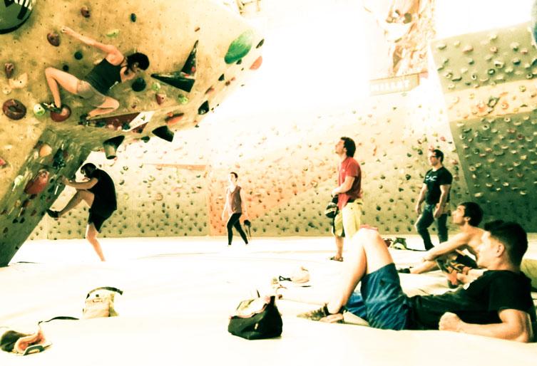 escaladores entrenando en el rocodromo
