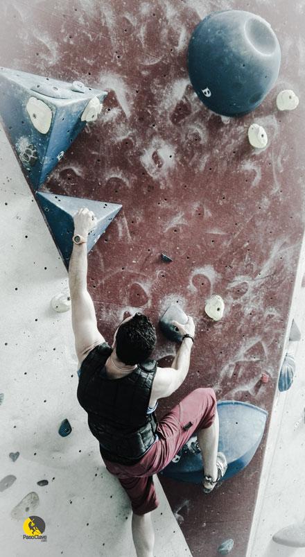escalando boulder en el rocódromo con chaleco con peso barato
