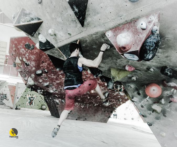 entrenando escalada boulder con lastre en el rocodromo