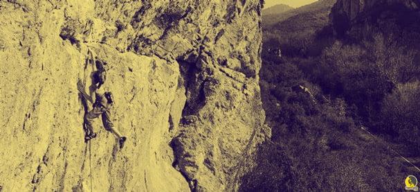 escaladora entrenando en 7a de roca en lleida
