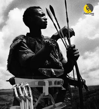 guerrero escalador con arnes en blanco y negro