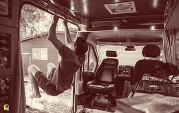 el escalador Alex Honnold entrenando fuerza de dedos con su Beastmaker 2000 en su furgoneta en yosemite