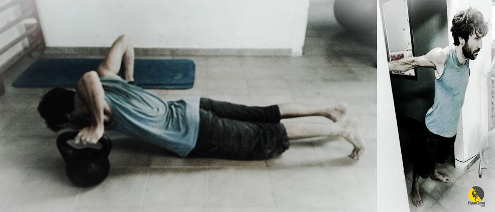 escalador estirando pecho y hombro frontal con kettlebels o marco de la puerta en casa