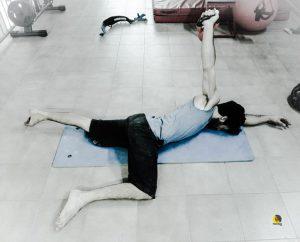 escalador entrenando estabilidad del hombro con el ejercicio armbar