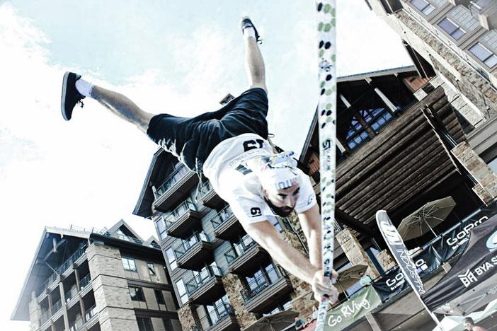 Mikel ros haciendo un handstand o pino sobre la cinta de trckline