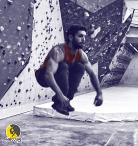 Escalador entrenando potencia y cardio realizando saltos potentes en un hiit de crossfit con ejercicios funcionales en un rocódromo