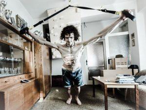 el escalador checo adam ondra entrenando con cintas trx ejercicios en casa con el sistema en suspensión