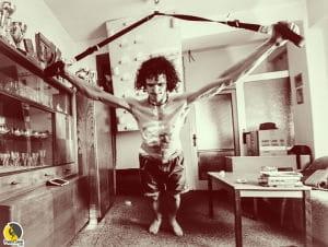 el escalador checo Adam Ondra entrenando con cintas trx ejercicios en casa con el sistema en suspensión TRX