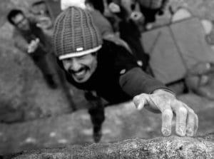 el escalador, routesetter o equipador, y entrenador marco jubes en un paso dinámico de escalada en bloque en roca