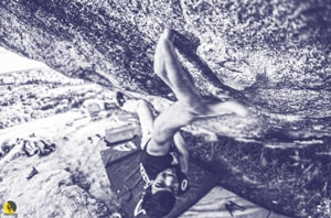 Jorge Díaz-Rullo escalando kaizen, el búlder de 8c/+ de torrelodones