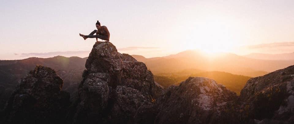 escaladora practicando yoga en la Panocha de Murcia