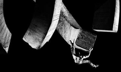 foto de escalador haciendo boulder urbano anaerobico