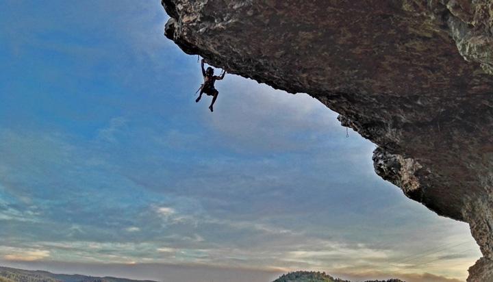Fer Cantero, autor del blog de escalada y búlder, escalando escalada deportiva