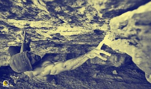 escalador pretando en paso de bloque o búlder