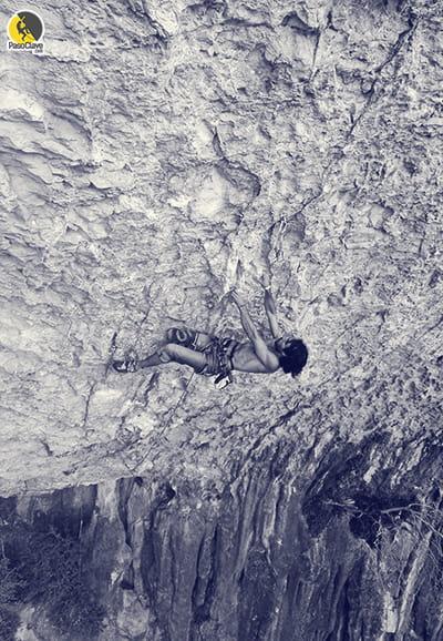 Escalador deportivo escalando en Rodellar