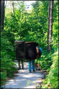 escaladores con crashpads en Fontainebleau van a hacer bloque todo el día