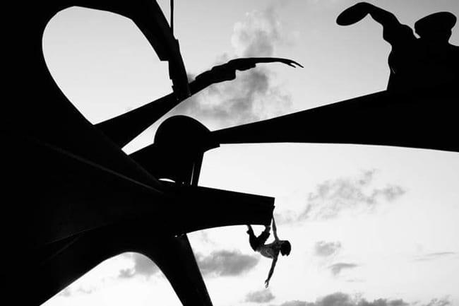 escalador entrenando búlder urbano a contraluz