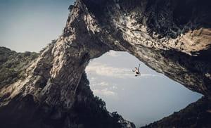 el escalador Pol Roca Cayendo desde gran altura en la vía de psicobloc de Pont de L'arc, en Francia