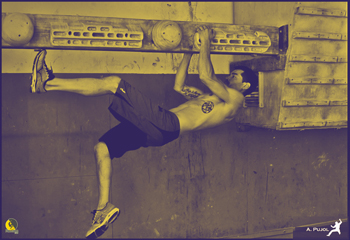 Escalador entrenando core y abdominales