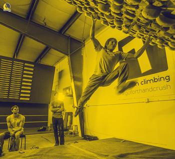 Escaladores entrenando boulder en el gimnasio