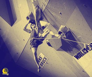 Adam Ondra con un arnés de escalada deportiva de competición
