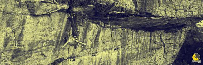escalador agitando los brazos en un reposo mientras escala
