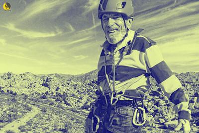 escalador jubilado disfrutando de la montaña