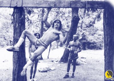 Un escalador entrenando fuerza máxima
