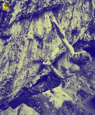 escalador aplicando fuerza máxima isométrica en una vía de escalada deportiva