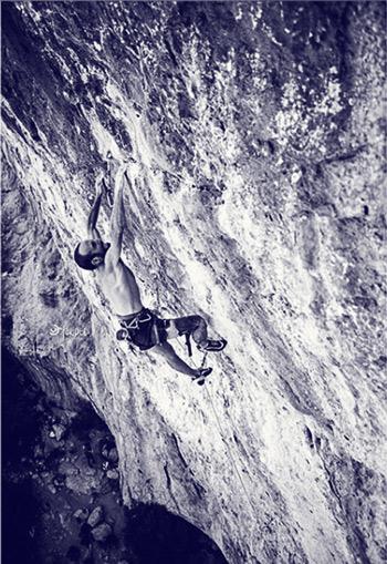 Gonzalo Larrocha escalando en Rodellar