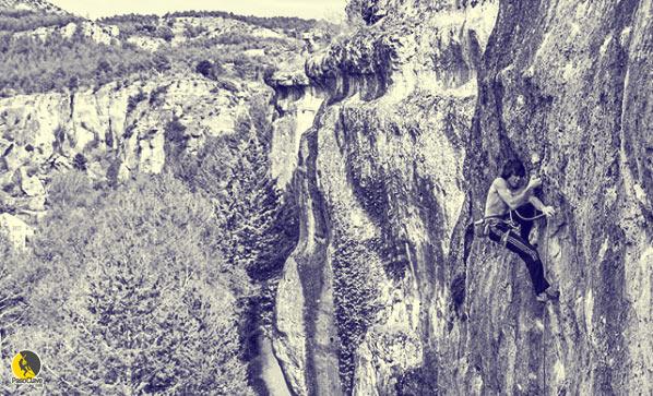 Alex Garriga escalando en roca en cuenca