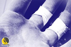 dedos de un escalador con esparadrapo para entrenar
