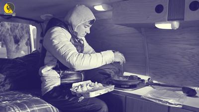 escalador vegetariano Alex Honnold cocinando en su furgoneta