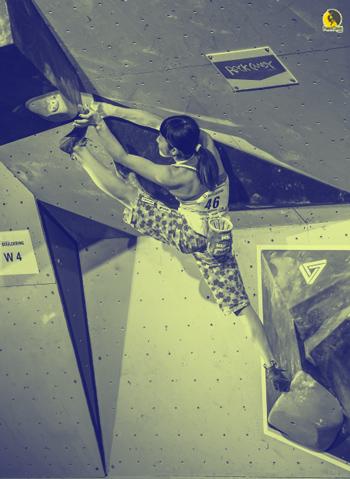 niña escaladora entrenando para competir