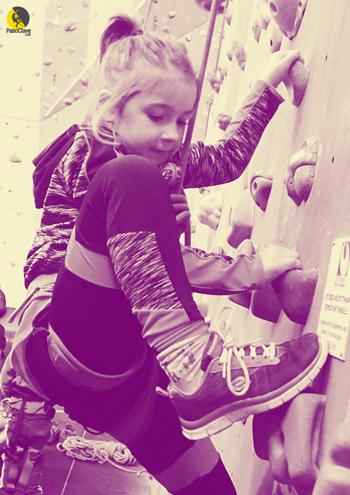 niña escalando y jugando