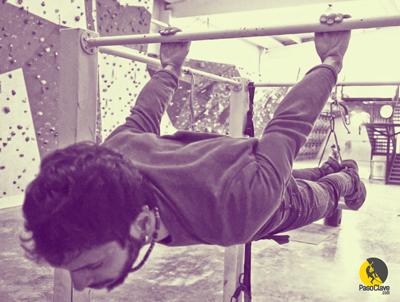 escalador entrenando músculos antagonistas y core haciendo el ejercicio back lever en la barra
