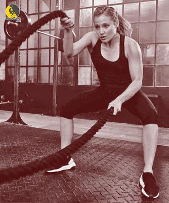 escaladora entrenando hombros, core, estabilizadores y antagonistas