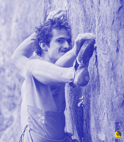 escalador haciendo un movimiento de mucha flexibilidad con el pie