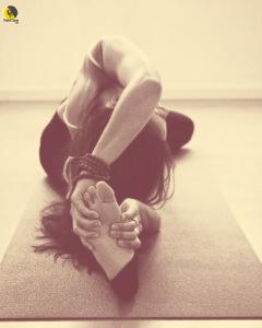 Escaladora entrenando la flexibilidad con yoga