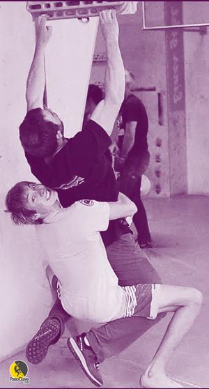 escaladores entrenando resistencia de la fuerza de dedos en tabla Beastmaker 2000