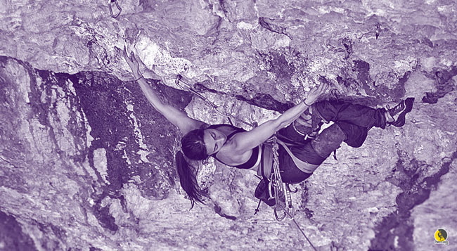 escaladora escalando un vía desplomada física con buena técnica