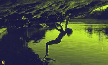 escalador haciendo psicobloc que mezcla natación y escalada