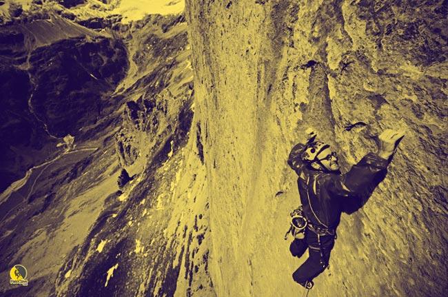 escalador en una viaje de escalada o rock trip