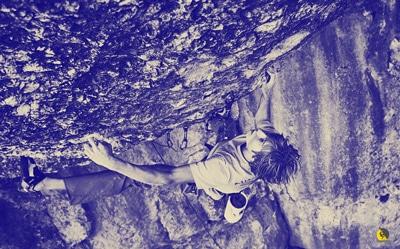 El escalador Alex Megos reclutando todas sus fibras musculares en un paso de fuerza