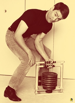 Bruce Lee utilizando la grip Machine