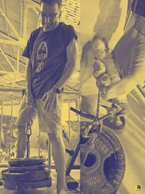 escalador entrenando heavy finger rolls en el rocódromo
